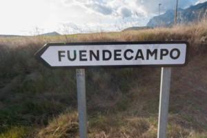 cartel nomenclator del pueblo de Fuendecampo